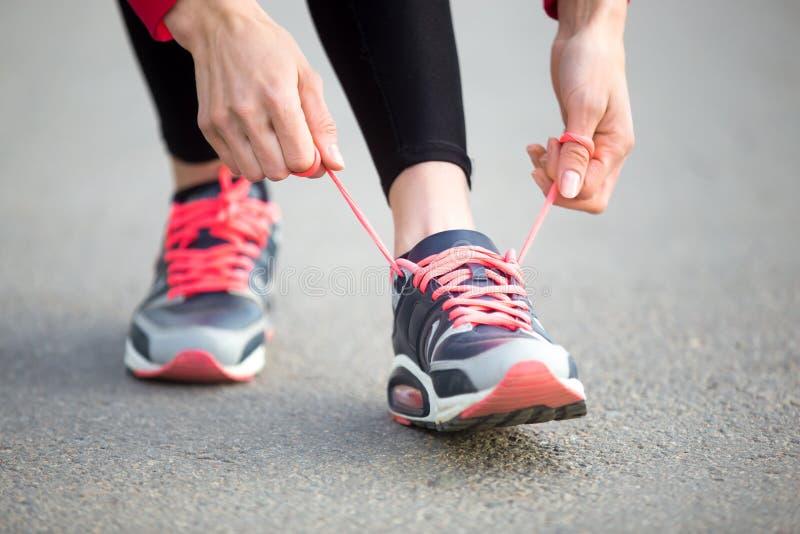 Kobieta Zasznurowywa Działających buty Zakończenie fotografia stock