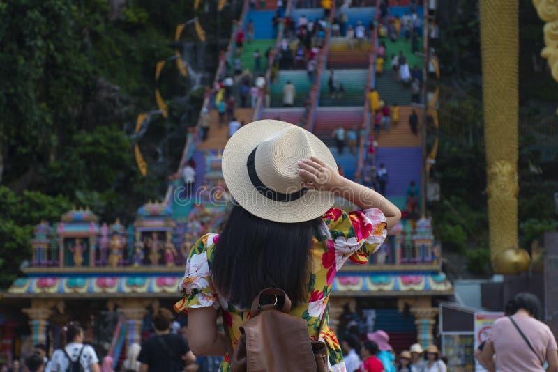 Kobieta Zawala się w Kuala Lumpur turysta jest zwiedzający przy Batu zdjęcie stock