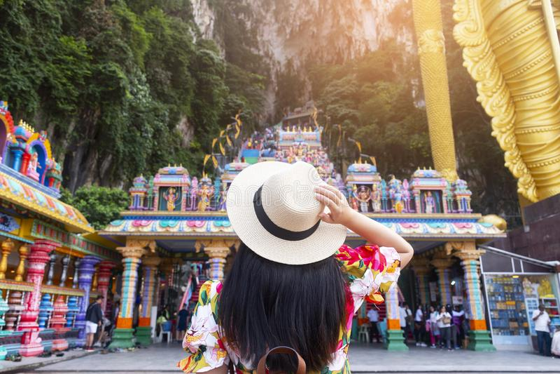 Kobieta Zawala się w Kuala Lumpur turysta jest zwiedzający przy Batu fotografia stock