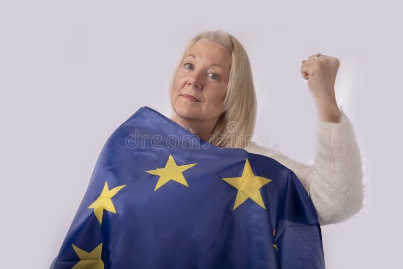 Kobieta zawijająca w europejczyk fladze zdjęcia royalty free