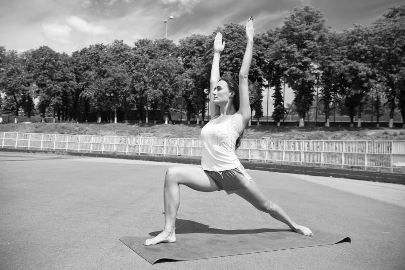 Kobieta zdrowe ciało ćwiczy jogę na zewnątrz środowiska naturalnego Ćwiczenie rozciągania dziewczyny Mięśnie rozciągające Trener  fotografia royalty free