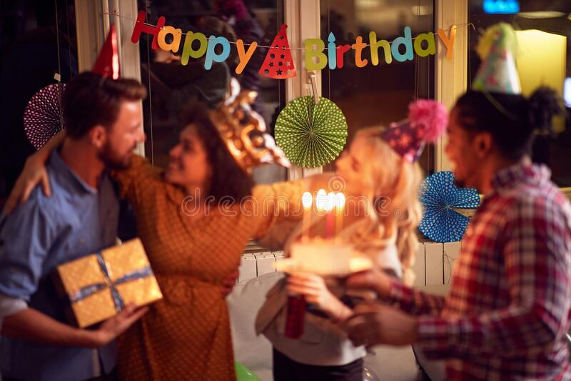 Kobieta ze znajomymi bawiąca się na imprezie urodzinowej obrazy stock
