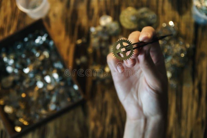 Kobieta zegarmistrza pracy z przekładniami zdjęcia stock
