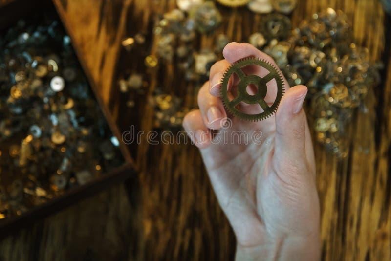Kobieta zegarmistrza pracy z przekładniami zdjęcie royalty free