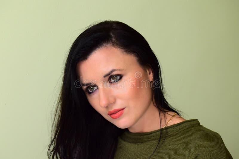 Download Kobieta Zielonych Oczy I Czarni Włosy Obraz Stock - Obraz złożonej z makeup, model: 106918693