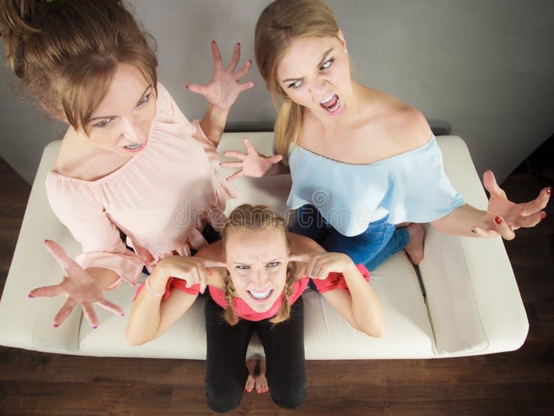Kobieta znęcać się dwa kobietami fotografia royalty free