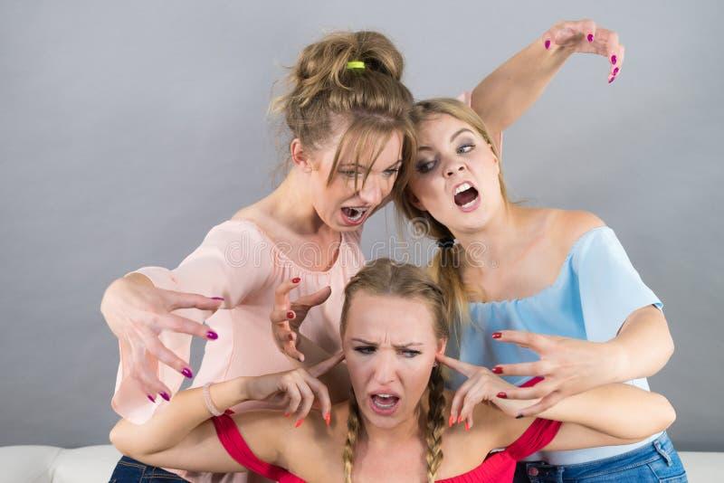 Kobieta znęcać się dwa kobietami zdjęcia royalty free