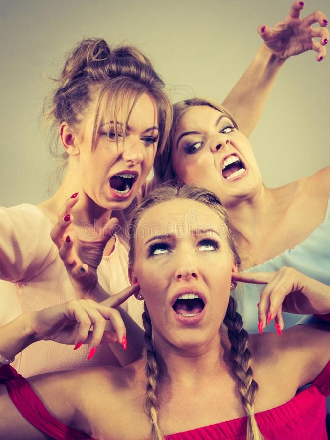 Kobieta znęcać się dwa kobietami zdjęcie royalty free