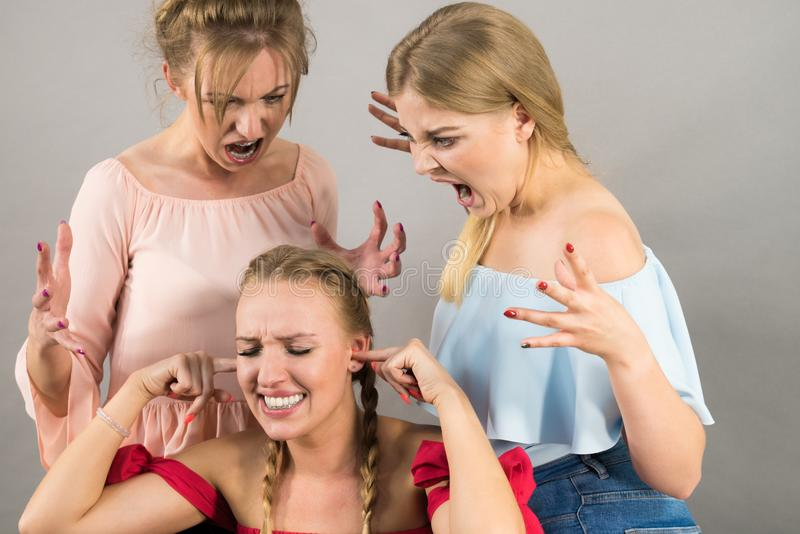Kobieta znęcać się dwa kobietami fotografia stock