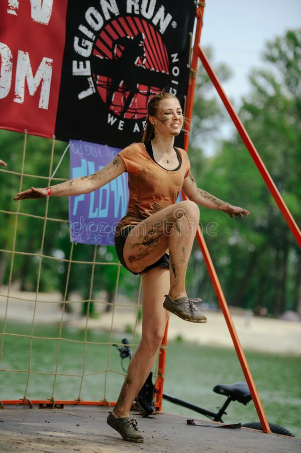 Kobieta zwycięzca brać miejsce w Kijów, po tym jak pokonuje wodną borowinową barierę podczas władzy rasy legii bieg obrazy royalty free