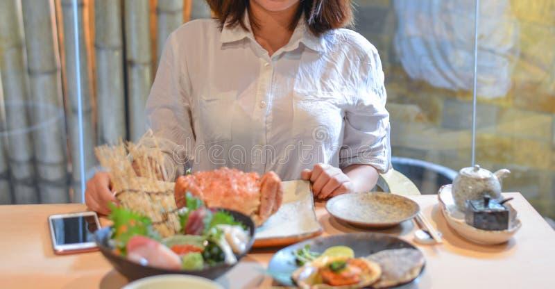 Kobiety łasowanie i cieszyć się Japońskiego posiłek zdjęcia stock
