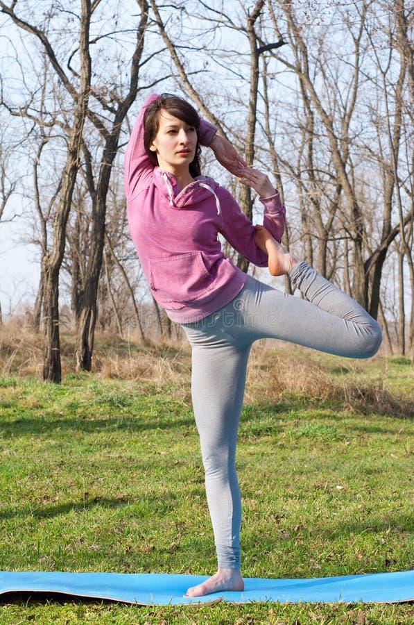 Kobiety ćwiczy joga outdoors obraz stock