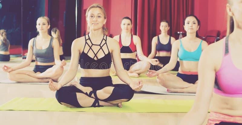 Kobiety ćwiczy joga pozy w sprawności fizycznej centrum obrazy stock