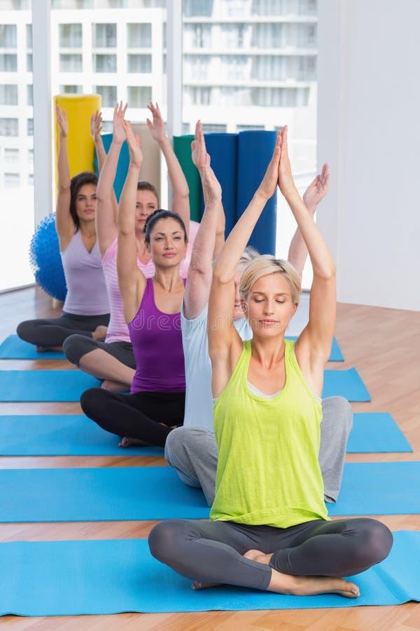 Kobiety ćwiczy joga w sprawności fizycznej klasie obraz royalty free