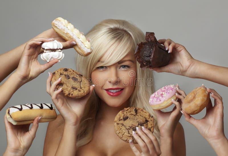 Kobiety łasowania śmietanki torty obrazy royalty free