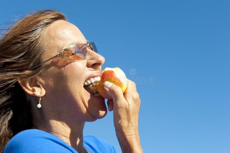 Kobiety łasowania jabłko obraz royalty free
