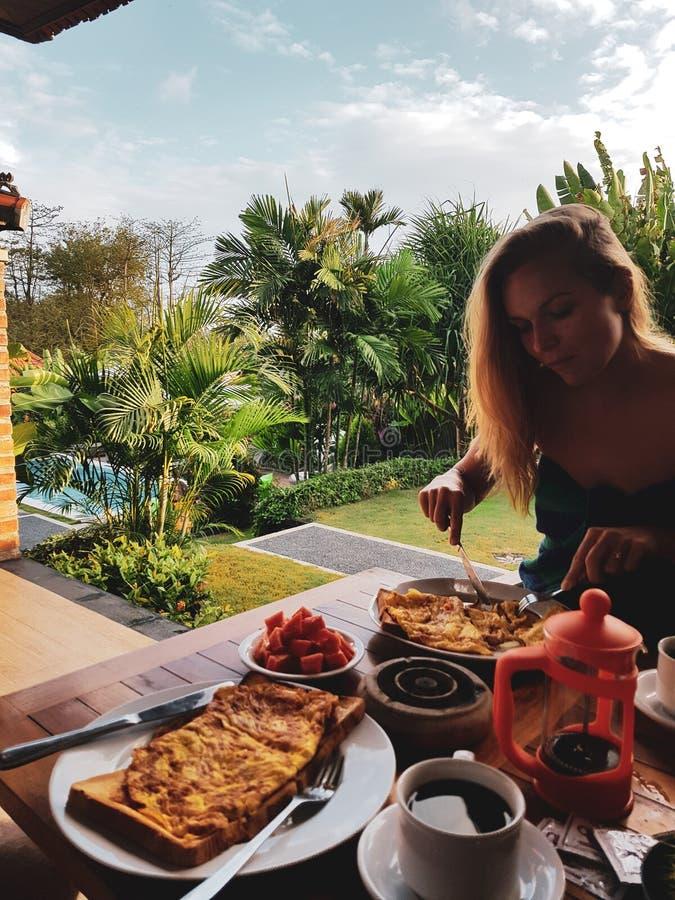 Kobiety łasowania ranku śniadanie na wakacje obraz stock