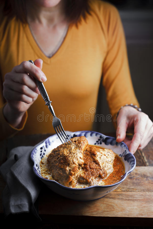 Kobiety łasowanie od pucharu kurczaka masła częściowa plama obrazy royalty free