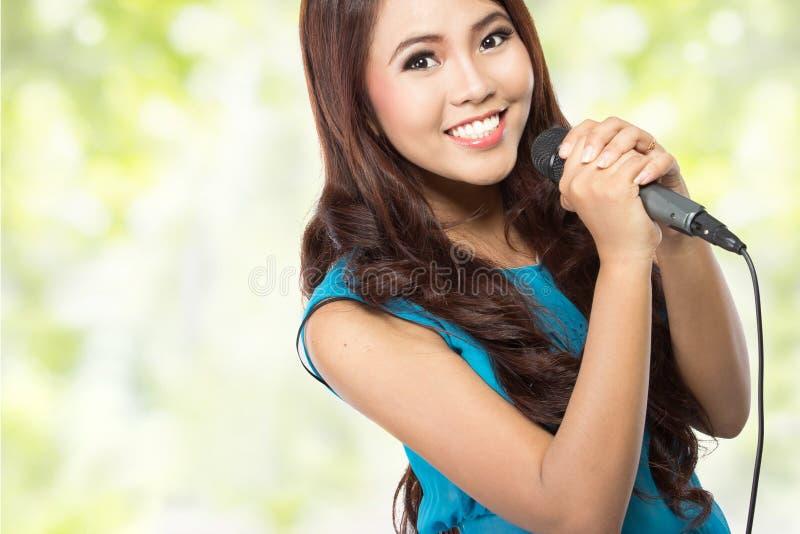 Kobiety śpiewacki karaoke zdjęcie royalty free