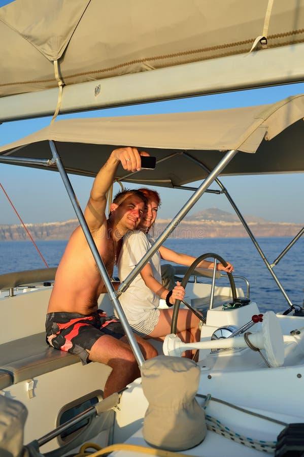 Kobiety żeglowanie w jachcie fotografia royalty free