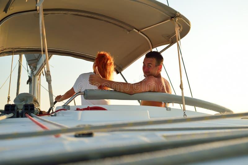 Kobiety żeglowanie w jachcie zdjęcia royalty free