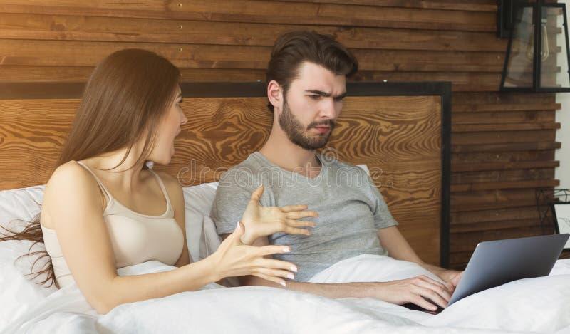 Kobiety argumentowanie z mężczyzną, uzależnionym internet obraz stock