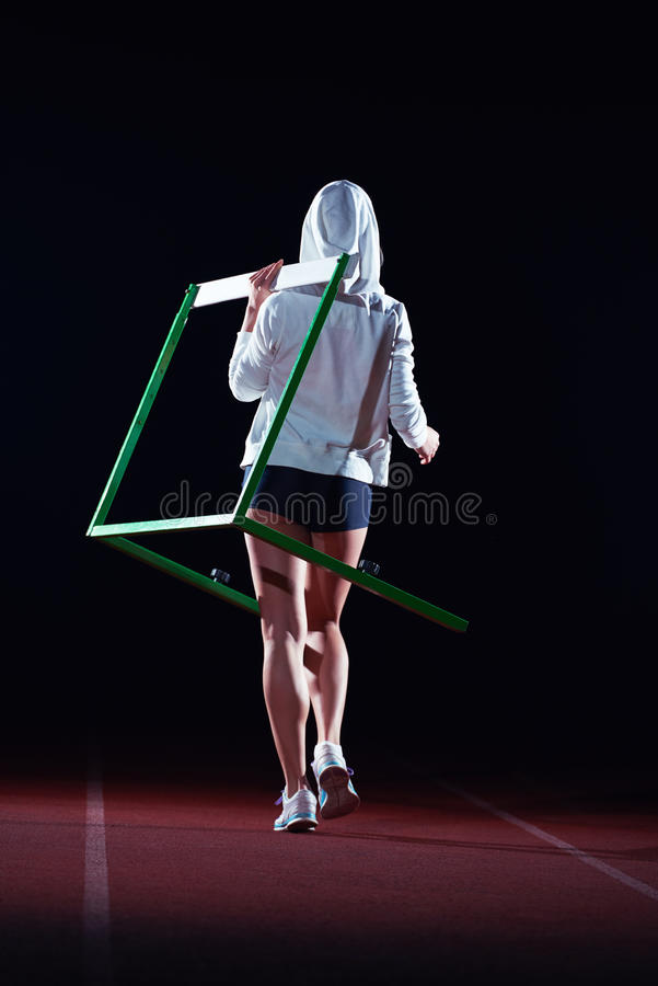 Kobiety atleta skacze nad przeszkody zdjęcie stock