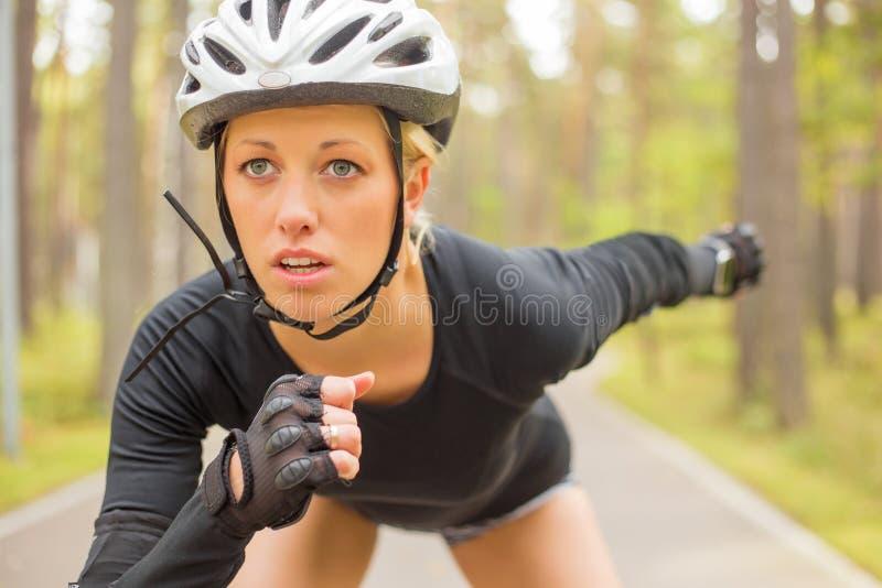 Kobiety atleta w hełmie obrazy stock
