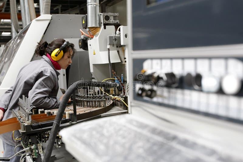 kobiety automatyzujący fabryczny działanie zdjęcie royalty free