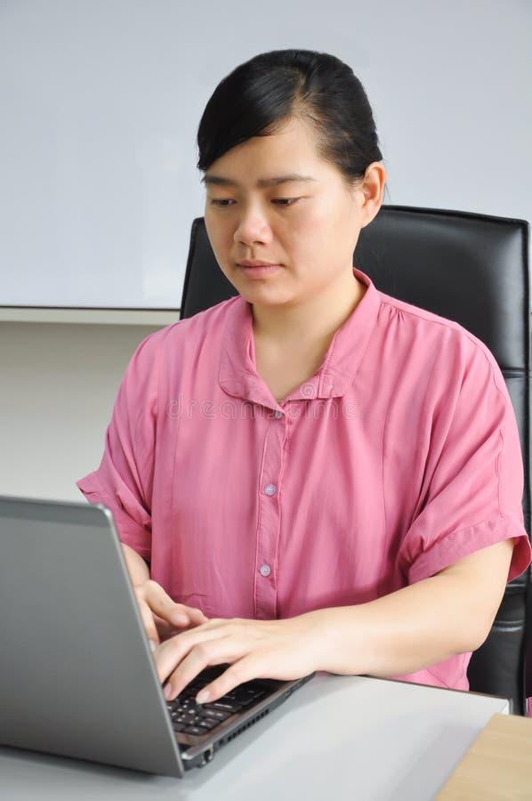 Kobiety azjatykcie pracy z komputerem fotografia stock