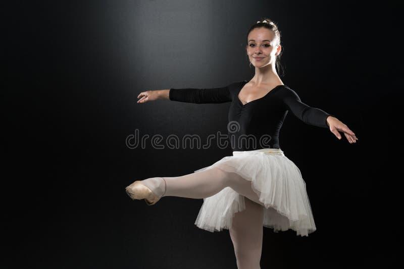 Kobiety baleriny Baletniczego tancerza taniec Na Czarnym tle obrazy stock
