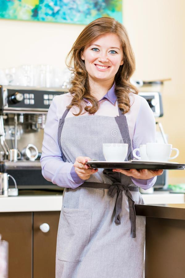 Kobiety Barista używa kawową maszynę dla robić kawie w kawiarni fotografia stock