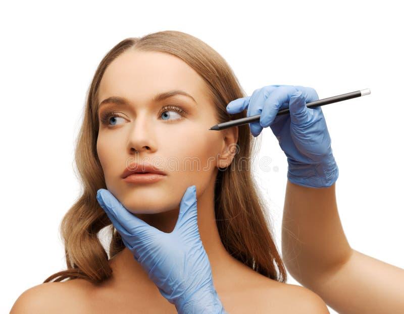 Kobiety beautician i twarzy ręki z ołówkiem obrazy stock