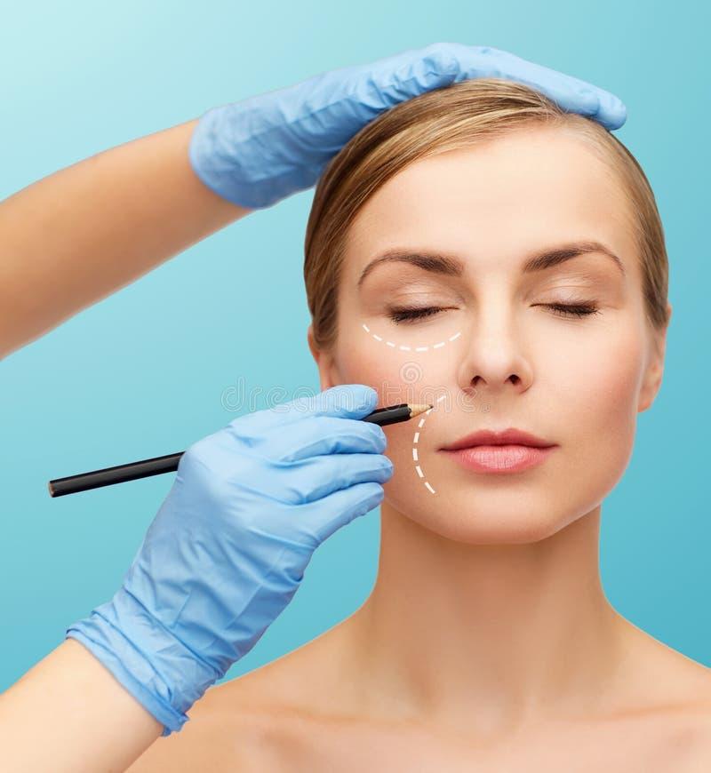 Kobiety beautician i twarzy ręki z ołówkiem zdjęcie royalty free