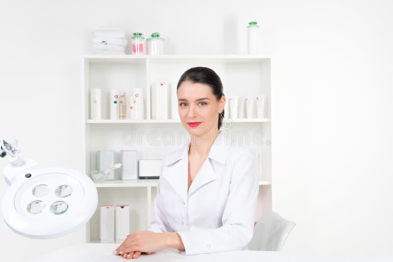 Kobiety beautician lekarka przy pracą w zdroju centrum Portret młodego żeńskiego fachowego cosmetologist Żeński pracownik wewnątr obraz royalty free