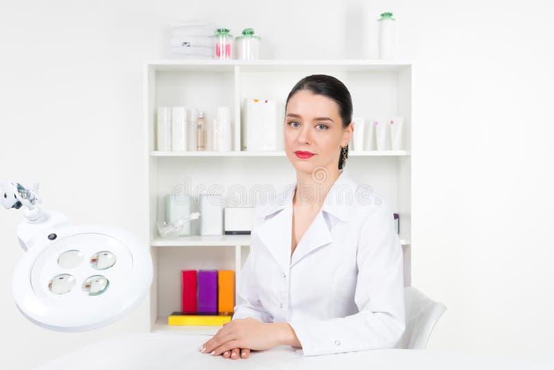 Kobiety beautician lekarka przy pracą w zdroju centrum Portret młodego żeńskiego fachowego cosmetologist Żeński pracownik wewnątr obrazy royalty free