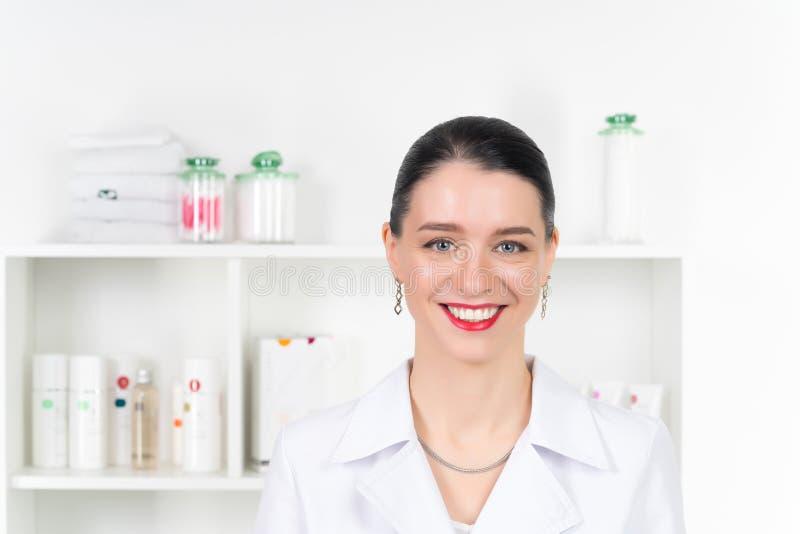 Kobiety beautician lekarka przy pracą w zdroju centrum Portret młodego żeńskiego fachowego cosmetologist Żeński pracownik wewnątr zdjęcia royalty free