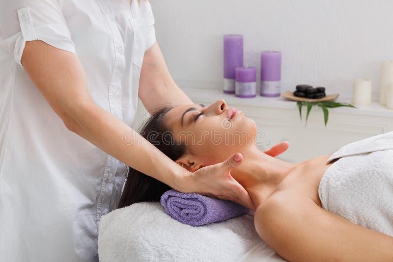 Kobiety beautician lekarka robi szyja masażowi w zdroju wellness centrum obrazy stock