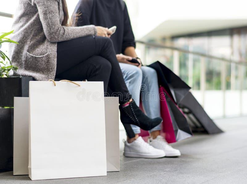 Kobiety bierze przerwę podczas gdy robiący zakupy w wydziałowym sklepie obraz stock