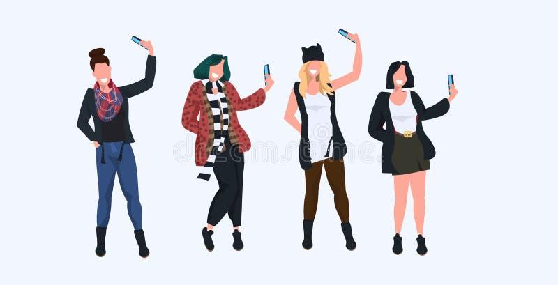 Kobiety bierze selfie fotografię na smartphone kamery przypadkowych żeńskich postaciach z kreskówki fotografuje w różnych pozach  ilustracji