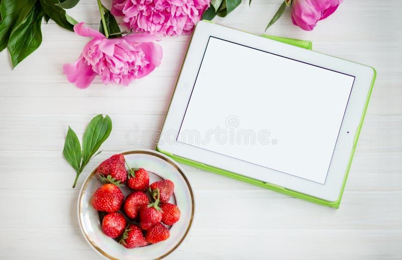 Kobiety biurowa miejsce pracy z truskawkami i kwiatami Mockup z cyfrowym pastylka pecetem obraz royalty free