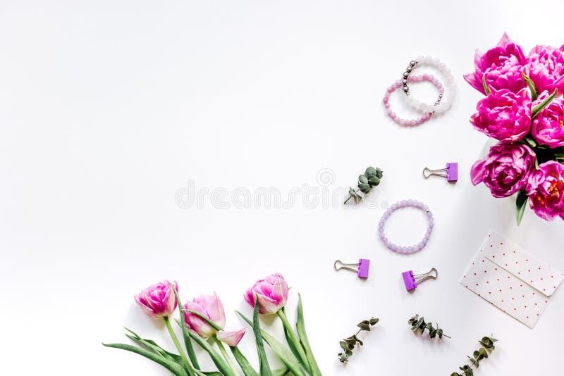 Kobiety biurowy biurko z kwiatami na białym tło odgórnego widoku mockup fotografia stock