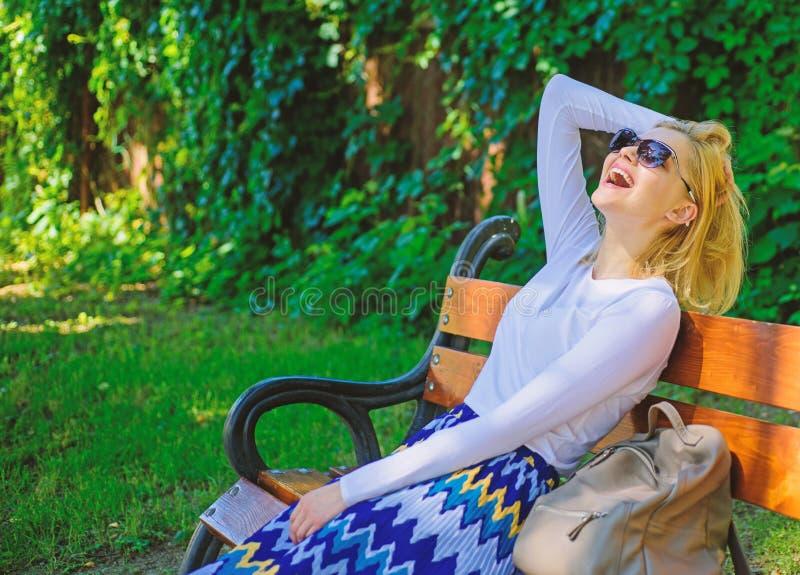 Kobiety blondynka z okulary przeciws?oneczni sen o wakacje Czas dla ja Dam potrzeby relaksuj? i marz?cy o wakacje dziewczyna zdjęcie stock