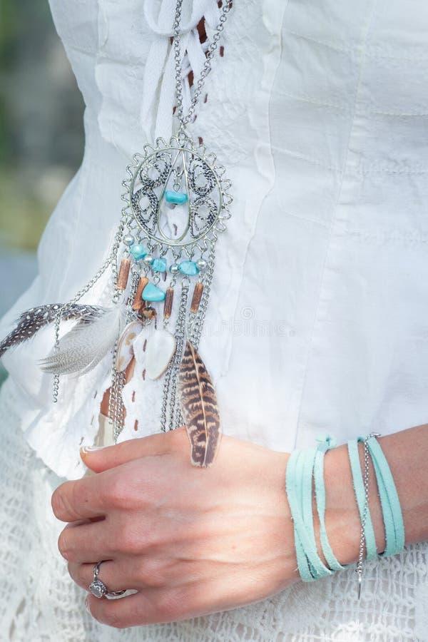 Kobiety boho stylu moda wyszczególnia kolię z piórka zbliżeniem zdjęcie stock