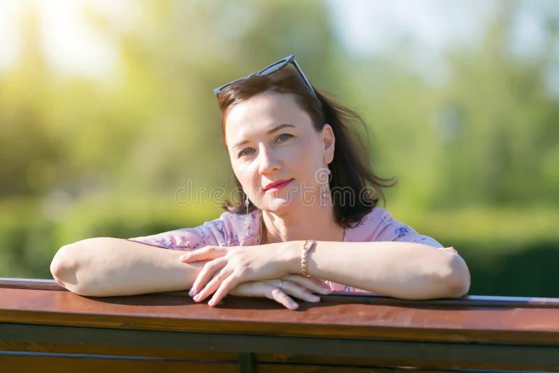 Kobiety brunetka 35-40 roku życia w górę zdjęcia royalty free