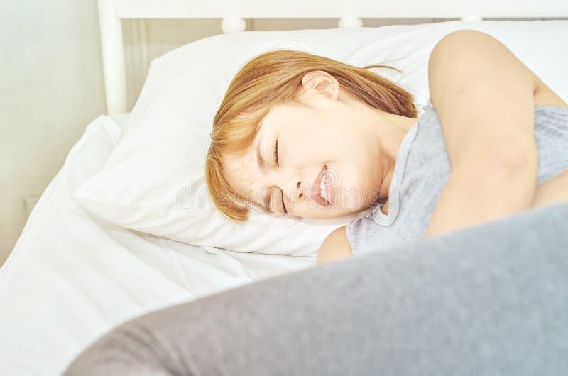 Kobiety brzusznego ból na materac zdjęcia royalty free