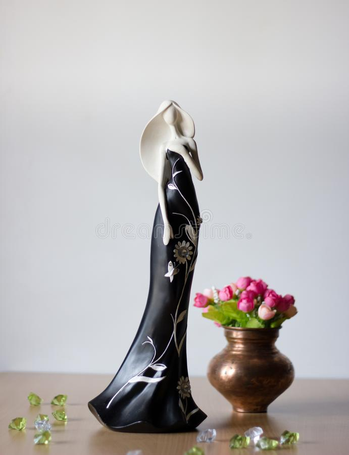 Kobiety ceramiczna lala jest ubranym długiego czerni sukni macanie i pozycję swój serce fotografia stock