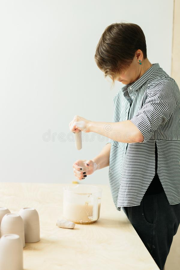Kobiety ceramist, sculpts glinianego produkt w studiu zdjęcie stock