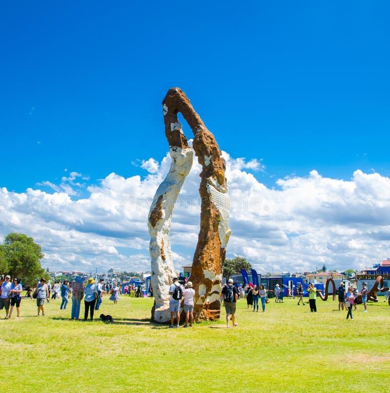 ` kobiety Chodzący ` jest rzeźbionym grafiką Peter Lundberg przy rzeźbą Dennymi dorocznymi wydarzeniami bezpłatnymi jawna rzeźba fotografia royalty free