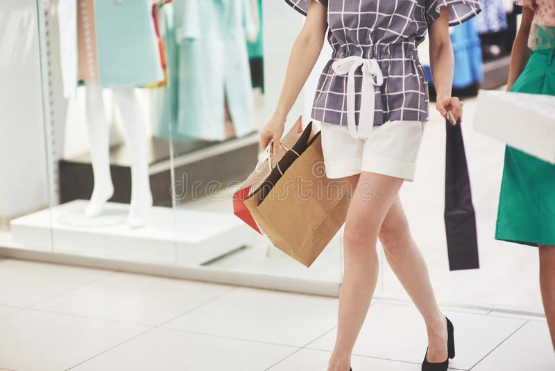 Kobiety chodzi z torbami podczas gdy robiący zakupy w centrum handlowym fotografia stock